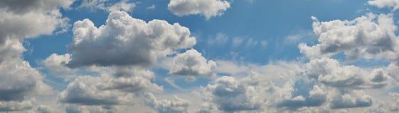 Ciel bleu avec les nuages blancs et pelucheux photo stock