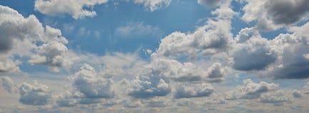 Ciel bleu avec les nuages blancs et pelucheux photos stock