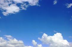 Ciel bleu avec les nuages blancs L'espace pour le texte Photos libres de droits