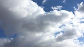 Ciel bleu avec les nuages blancs banque de vidéos