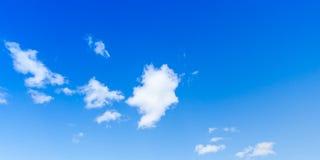 Ciel bleu avec les nuages blancs, photo de fond Images libres de droits