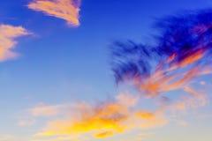 Ciel bleu avec les nuages colorés photos stock