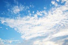 Ciel bleu avec les nuages 0222 de blanc Images libres de droits