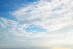 Ciel bleu avec les nuages 0014 de blanc Image libre de droits