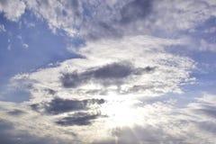 Ciel bleu avec les nuages et la lumière du soleil Images libres de droits
