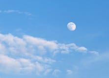 Ciel bleu avec les nuages et la lune Photo stock