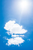 Ciel bleu avec les nuages et le soleil Photographie stock