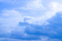 Ciel bleu avec les nuages et le soleil Photo stock
