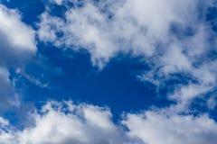 Ciel bleu avec les nuages foncés Images stock