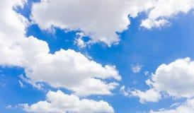 Ciel bleu avec les nuages légers images libres de droits