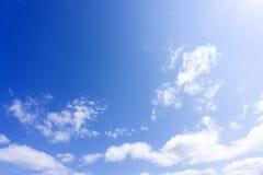 Ciel bleu avec les nuages mous blancs frais image stock