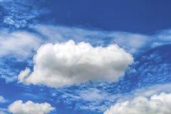 Ciel bleu avec les nuages pelucheux blancs Photo idyllique d'abrégé sur ciel photographie stock