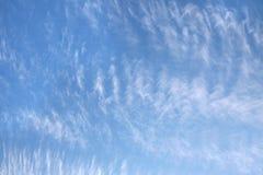 Ciel bleu avec les nuages peu communs Image stock