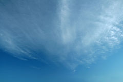 Ciel bleu avec un voile des nuages photo libre de droits