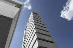 Ciel bleu, bâtiments sur noir et blanc Image stock