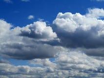 Ciel bleu, beaux nuages Photo stock