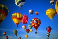 Ciel bleu chaud d'agaisnt de ballons à air Image stock