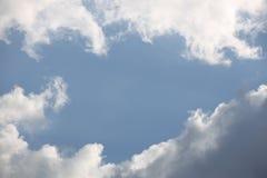 Ciel bleu clair avec le cumulus et les cirrus temps ensoleillé Humeur joyeuse À haute pression Écologie d'air pur L'eau dans un g photos stock