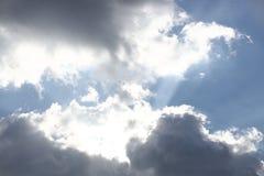 Ciel bleu clair avec le cumulus et les cirrus temps ensoleillé Humeur joyeuse À haute pression Écologie d'air pur L'eau dans un g photographie stock