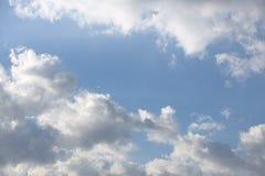 Ciel bleu clair avec le cumulus et les cirrus temps ensoleillé Humeur joyeuse À haute pression Écologie d'air pur L'eau dans un g photos libres de droits