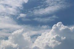 Ciel bleu clair avec le cumulus et les cirrus temps ensoleillé Jo images stock