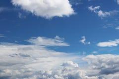 Ciel bleu clair avec le cumulus et les cirrus temps ensoleillé Jo image libre de droits