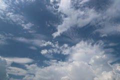 Ciel bleu clair avec le cumulus et les cirrus temps ensoleillé Jo photographie stock libre de droits