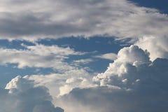 Ciel bleu clair avec le cumulus et les cirrus temps ensoleillé Jo image stock