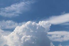 Ciel bleu clair avec le cumulus et les cirrus temps ensoleillé Jo photos stock