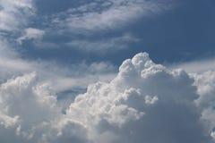 Ciel bleu clair avec le cumulus et les cirrus temps ensoleillé Jo images libres de droits