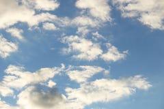 Ciel bleu clair avec le cumulus et les cirrus temps ensoleill? Humeur joyeuse ? haute pression ?cologie d'air pur L'eau dans un g image stock