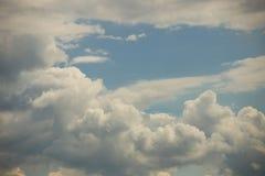 Ciel bleu clair avec le cumulus et les cirrus temps ensoleill? Humeur joyeuse ? haute pression ?cologie d'air pur L'eau dans un g photos stock