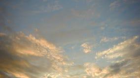 Ciel bleu clair avec le scape de nuage banque de vidéos