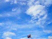 Ciel bleu clair avec les nuages et le drapeau de la Thaïlande Images libres de droits