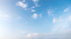 Ciel bleu-clair avec les nuages pelucheux minuscules Photo stock
