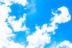 Ciel bleu clair comme fond, papier peint de nuage de ciel, jour de soleil, papier peint en pastel de ciel Images stock
