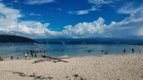 Ciel bleu clair et plage sablonneuse à l'île Sabah Borneo Malaysia Asia de Sapi images libres de droits
