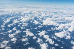 Ciel bleu clair et vue aérienne de nuages Image stock