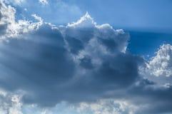 Ciel bleu-clair magique de contre-jour de nuage du soleil de faisceau Photos stock