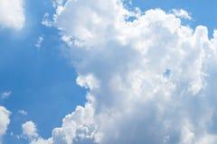 Ciel bleu clairement beau avec le nuage unique images stock