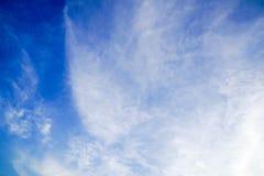 Ciel bleu clairement beau avec le nuage unique image libre de droits