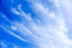 Ciel bleu clairement beau avec le nuage unique photo libre de droits