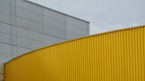Ciel bleu concret blanc abstrait en métal jaune de fond Photographie stock libre de droits