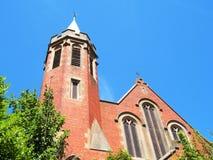 Ciel bleu d'église rouge Photo stock