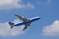 Ciel bleu d'againt d'avion de Boeing 747-400 Image libre de droits