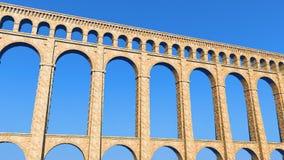 Ciel bleu d'aqueduc romain Photo stock