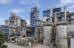 Ciel bleu d'esprit de centrale pétrochimique Photographie stock libre de droits