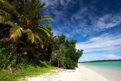 Ciel bleu d'île de Havelock avec les nuages blancs, îles d'Andaman, Inde Image stock