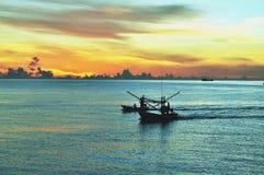 Ciel bleu d'océan et bateau de pêche Images stock