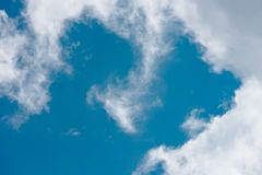 Ciel bleu dans carpathien photographie stock libre de droits